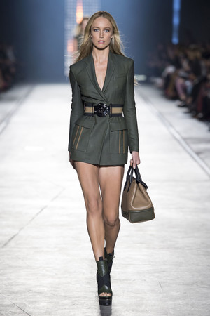 Показ Versace коллекции сезона Весна-лето  2016 года prêt-à-porter - www.elle.ru - Подиум - фото 599920