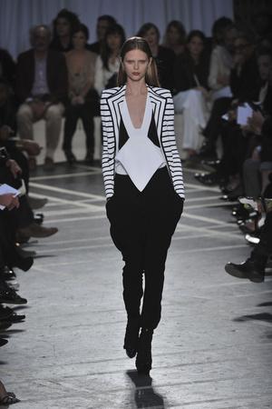 Показ Givenchy коллекции сезона Весна-лето 2010 года prêt-à-porter - www.elle.ru - Подиум - фото 120034