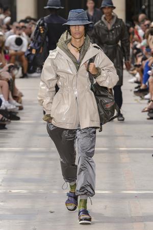 Показ Louis Vuitton коллекции сезона Весна-лето 2018 года Men prêt-à-porter - www.elle.ru - Подиум - фото 623163