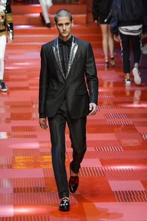 Показ Dolce & Gabbana коллекции сезона Весна-лето 2018 года Men prêt-à-porter - www.elle.ru - Подиум - фото 622339