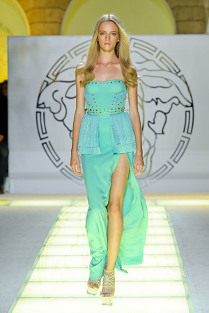 Показ Versace коллекции сезона Весна-лето 2012 года prêt-à-porter - www.elle.ru - Подиум - фото 303418