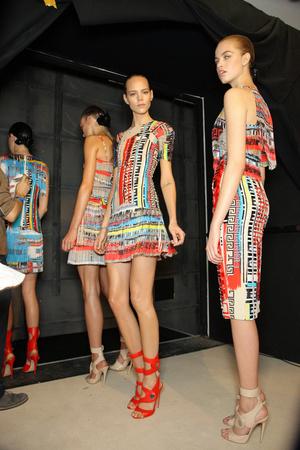 Показ Versace коллекции сезона Весна-лето 2011 года prêt-à-porter - www.elle.ru - Подиум - фото 185685