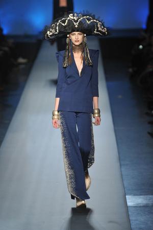 Показ Jean Paul Gaultier коллекции сезона Весна-лето 2010 года Haute couture - www.elle.ru - Подиум - фото 139027