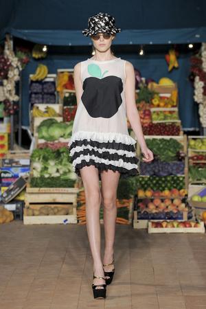 Показ Moschino Cheap & Chic коллекции сезона Весна-лето 2012 года prêt-à-porter - www.elle.ru - Подиум - фото 303998