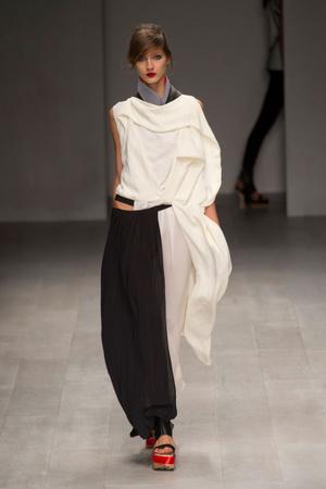 Показ Fashion Fringe коллекции сезона Весна-лето 2013 года prêt-à-porter - www.elle.ru - Подиум - фото 434758