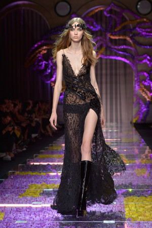 Показ Atelier Versace коллекции сезона Осень-зима 2015-2016 года haute couture - www.elle.ru - Подиум - фото 596784