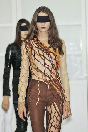 Показ Maison Martin Margiela коллекции сезона Весна-лето 2011 года haute couture - www.elle.ru - Подиум - фото 218648