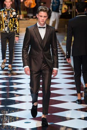 Показ Dolce & Gabbana коллекции сезона Весна-лето  2017 года Men prêt-à-porter - www.elle.ru - Подиум - фото 606699
