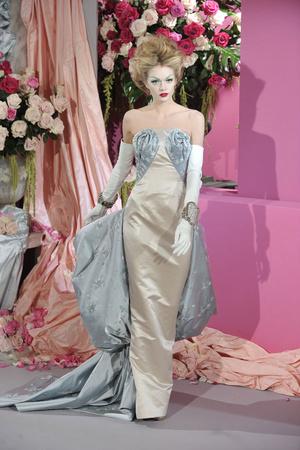 Показ Christian Dior коллекции сезона Весна-лето 2010 года Haute couture - www.elle.ru - Подиум - фото 138239