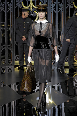 Показ Louis Vuitton коллекции сезона Осень-зима 2011-2012 года prêt-à-porter - www.elle.ru - Подиум - фото 255493