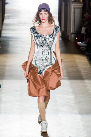 Показ Vivienne Westwood коллекции сезона Весна-лето 2015 года Prêt-à-porter - www.elle.ru - Подиум - фото 591103