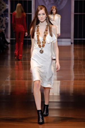 Показ Versace коллекции сезона Осень-зима 2014-2015 года Prêt-à-porter - www.elle.ru - Подиум - фото 581013