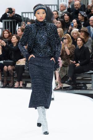 Показ Chanel коллекции сезона Осень-зима 2017-2018 года Prêt-à-porter - www.elle.ru - Подиум - фото 621616