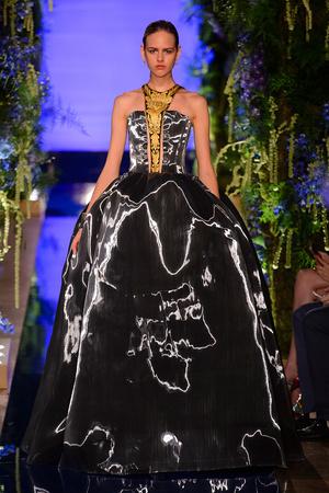 Показ Guo Pei  коллекции сезона Осень-зима 2017-2018 года Haute couture - www.elle.ru - Подиум - фото 623928