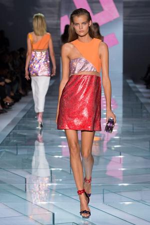 Показ Versace коллекции сезона Весна-лето 2015 года Prêt-à-porter - www.elle.ru - Подиум - фото 589325
