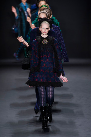 Показ Anna Sui коллекции сезона Осень-зима 2013-2014 года prêt-à-porter - www.elle.ru - Подиум - фото 493988
