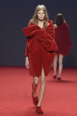 Показ Viktor & Rolf коллекции сезона Осень-зима 2014-2015 года Haute couture - www.elle.ru - Подиум - фото 585192
