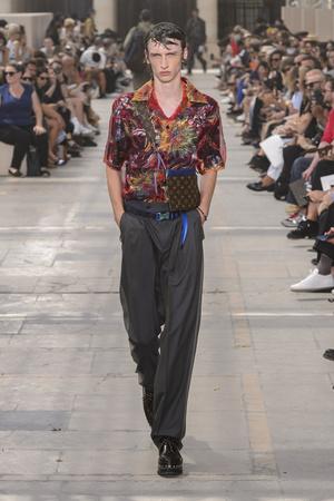 Показ Louis Vuitton коллекции сезона Весна-лето 2018 года Men prêt-à-porter - www.elle.ru - Подиум - фото 623166