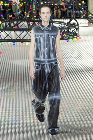 Показ Dior Homme коллекции сезона Весна-лето  2017 года Men prêt-à-porter - www.elle.ru - Подиум - фото 606749