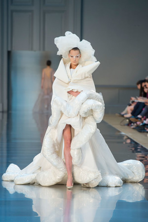 Показ Maison Martin Margiela коллекции сезона Осень-зима 2015-2016 года haute couture - www.elle.ru - Подиум - фото 597270