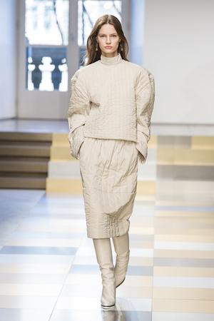Показ Jil Sander коллекции сезона Осень-зима 2017-2018 года prêt-à-porter - www.elle.ru - Подиум - фото 620187
