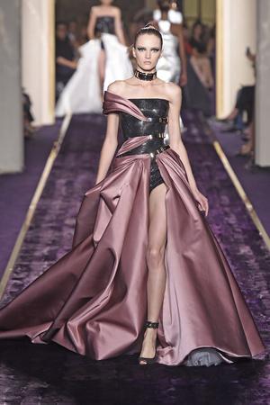 Показ Atelier Versace коллекции сезона Осень-зима 2014-2015 года Haute couture - www.elle.ru - Подиум - фото 584601