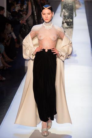 Показ Jean Paul Gaultier коллекции сезона Осень-зима 2017-2018 года Haute couture - www.elle.ru - Подиум - фото 624363