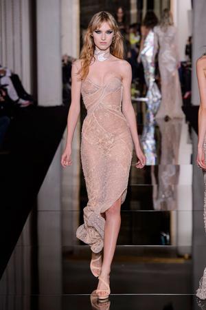 Показ Versace Haute Couture коллекции сезона Весна-лето 2015 года haute couture - www.elle.ru - Подиум - фото 592873