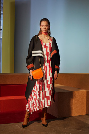 Показ Diane Von Furstenberg коллекции сезона Осень-зима 2017-2018 года prêt-à-porter - www.elle.ru - Подиум - фото 618528