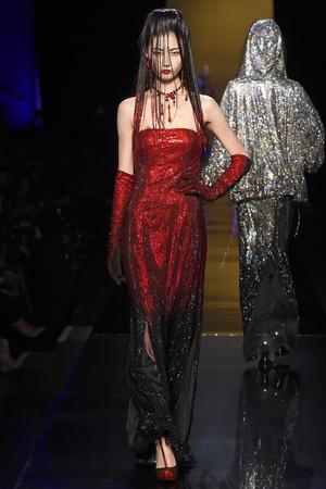 Показ Jean Paul Gaultier коллекции сезона Осень-зима 2014-2015 года haute couture - www.elle.ru - Подиум - фото 585034