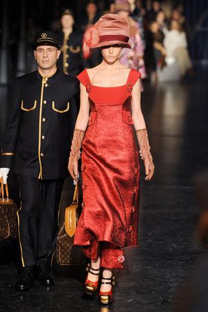 Показ Louis Vuitton коллекции сезона Осень-зима 2012-2013 года Prêt-à-porter - www.elle.ru - Подиум - фото 387454