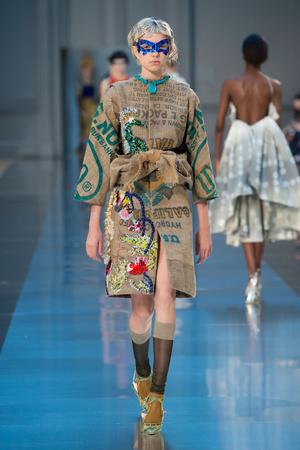 Показ Maison Martin Margiela коллекции сезона Осень-зима 2015-2016 года haute couture - www.elle.ru - Подиум - фото 597262