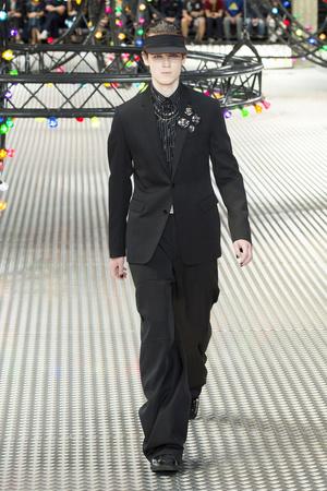 Показ Dior Homme коллекции сезона Весна-лето  2017 года Men prêt-à-porter - www.elle.ru - Подиум - фото 606742