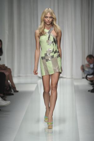 Показ Versace коллекции сезона Весна-лето 2010 года prêt-à-porter - www.elle.ru - Подиум - фото 117607