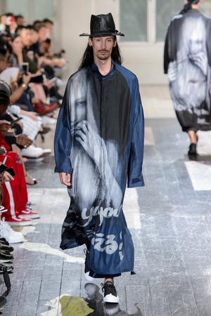 Показ Yohji Yamamoto коллекции сезона Весна-лето 2018 года Men prêt-à-porter - www.elle.ru - Подиум - фото 623210