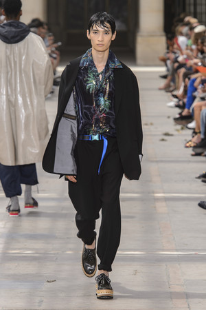 Показ Louis Vuitton коллекции сезона Весна-лето 2018 года Men prêt-à-porter - www.elle.ru - Подиум - фото 623172