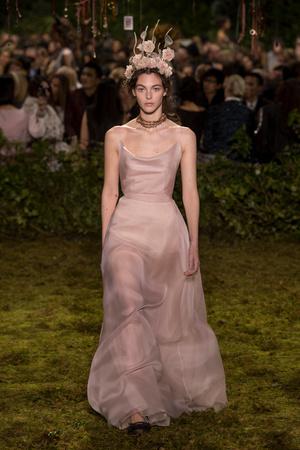 Показ Christian Dior коллекции сезона Весна-лето  2017 года Haute couture - www.elle.ru - Подиум - фото 616269