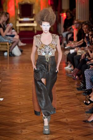 Показ Vivienne Westwood коллекции сезона Весна-лето 2013 года prêt-à-porter - www.elle.ru - Подиум - фото 455993