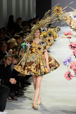 Показ Viktor & Rolf коллекции сезона Весна-лето 2015 года Haute couture - www.elle.ru - Подиум - фото 593341