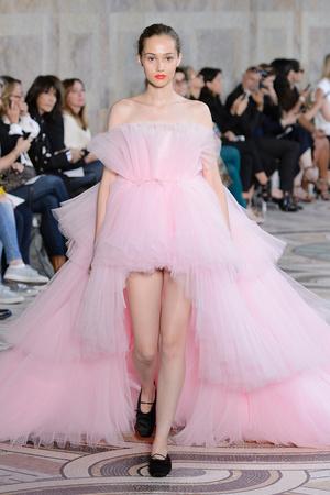Показ Giambattista Valli коллекции сезона Осень-зима 2017-2018 года Haute couture - www.elle.ru - Подиум - фото 623874