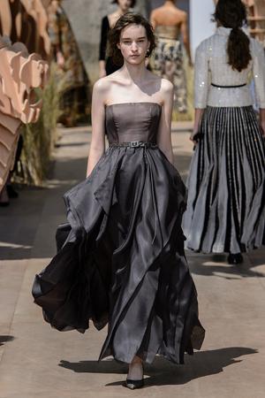 Показ Dior Haute Couture коллекции сезона Осень-зима 2017-2018 года Haute couture - www.elle.ru - Подиум - фото 623819