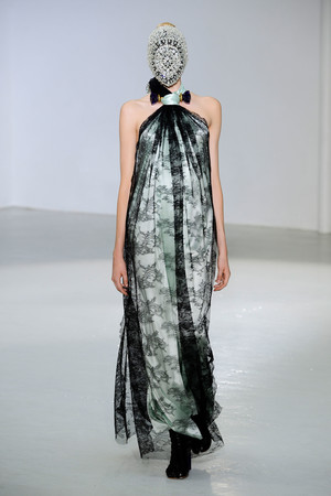 Показ Maison Martin Margiela коллекции сезона Осень-зима 2012-2013 года Haute couture - www.elle.ru - Подиум - фото 405021