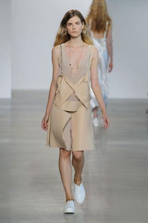 Показ Calvin Klein Collection коллекции сезона Весна-лето  2016 года prêt-à-porter - www.elle.ru - Подиум - фото 598707