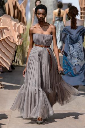 Показ Dior Haute Couture коллекции сезона Осень-зима 2017-2018 года Haute couture - www.elle.ru - Подиум - фото 623824