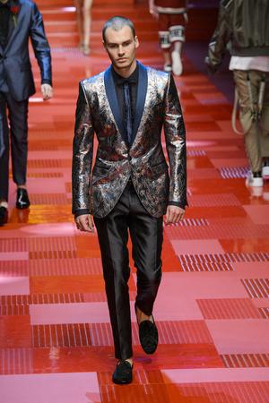 Показ Dolce & Gabbana коллекции сезона Весна-лето 2018 года Men prêt-à-porter - www.elle.ru - Подиум - фото 622335