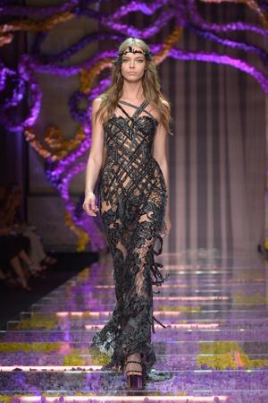 Показ Atelier Versace коллекции сезона Осень-зима 2015-2016 года haute couture - www.elle.ru - Подиум - фото 596783