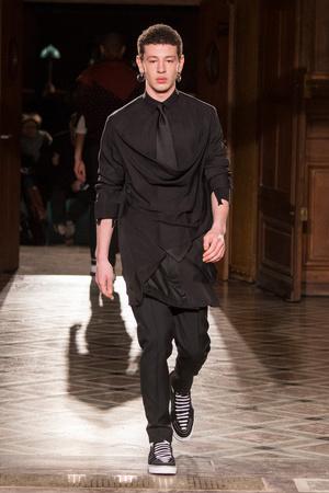 Показ Givenchy коллекции сезона Осень-зима 2017-2018 года Men prêt-à-porter - www.elle.ru - Подиум - фото 615686