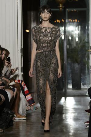 Показ Yiqing Yin коллекции сезона Осень-зима 2015-2016 года Haute couture - www.elle.ru - Подиум - фото 597364