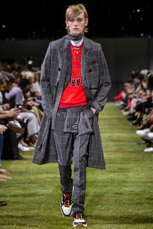 Показ Dior Homme коллекции сезона Весна-лето 2018 года Men prêt-à-porter - www.elle.ru - Подиум - фото 623619