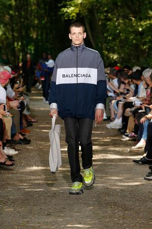 Показ Balenciaga коллекции сезона Весна-лето 2018 года Men prêt-à-porter - www.elle.ru - Подиум - фото 622915